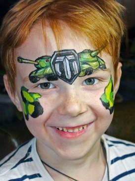 Изображения танков на лице мальчика