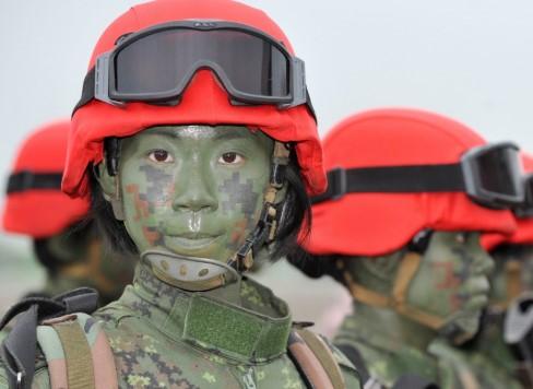 Зеленый камуфляжный грим на лице