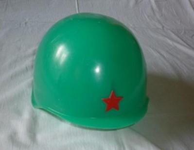 Пластмассовая каска с красной звездой
