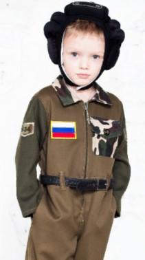 Зеленый комбинезон танкиста с российским флагом на груди на мальчике