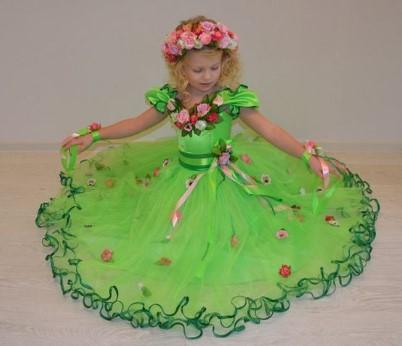 Зеленый костюм весны с цветами и лентами на девочке