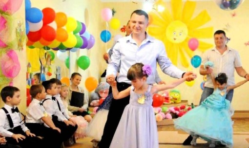 Танец в костюмах для выпускного в детском саду