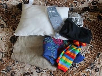 носки с подушкой на покрывале