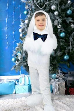Заяц с бантом на фоне елки и подарков