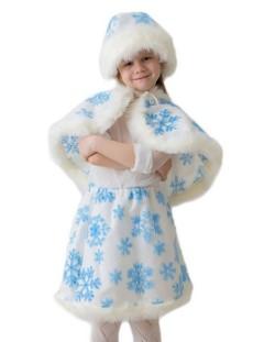 Девочка в юбке, пелерине и шапке со скрещенными руками