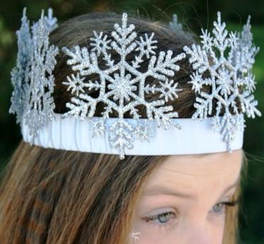 Корона со снежинками на голове