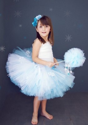Девочка на синем фоне со звездами в полный рост