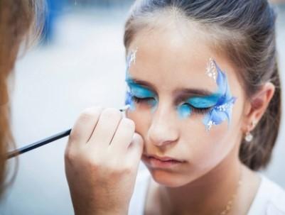 Девочке рисуют грим на лице