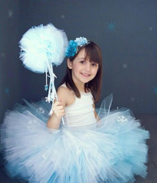 Девочка на синем фоне со звездами, ног не видно