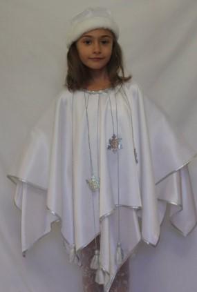 Девочка в белой накидке и шапке на белом фоне