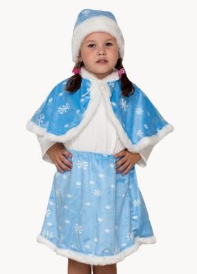 Девочка в юбке, пелерине и шапке из голубой ткани
