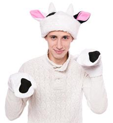 Фото Набор шапка и варежки Бык белый с черными пятнами взрослый Веселые Елки
