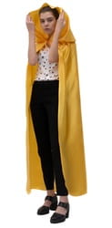 Фото Желтый атласный плащ с капюшоном